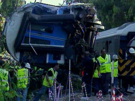 האוטובוס נתקע על מסילת הרכבת (צילום: חדשות 2)