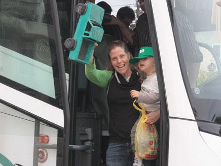 נוסעים בשבת בתל אביב (צילום: מירב ריימונד)