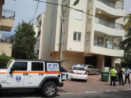אישה נפלה מקומה שלישית בפתח תקווה (צילום: חדשות 2)