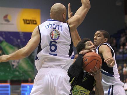 אסברי נתקע (אלן שיבר) (צילום: ספורט 5)