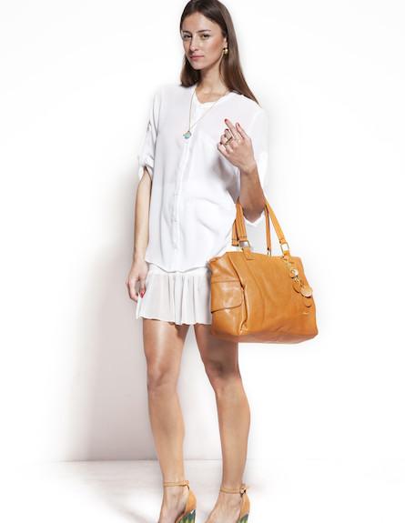 חצאית מיני לבנה וחולצת אוברסייז מכופתרת (צילום: סטודיו רון קדמי)