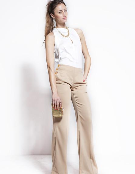 מכנסי סן טרופז חומים וחולצה לבנה ללא שרוולים (צילום: סטודיו רון קדמי)