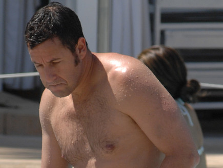 אדם סנדלר בבריכה (צילום: London Ent / Splash News, Splash news)