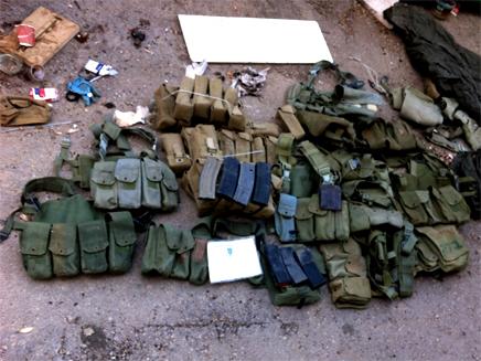 הציוד הצבאי שנמצא במכולה (צילום: חדשות 2)