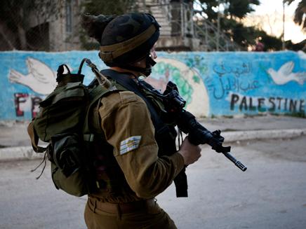 חייל בבית המכפלה, חברון (צילום: חדשות 2)