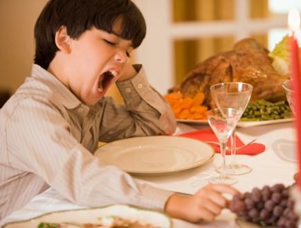 ילד מפהק בזמן ארוחה (צילום: אימג'בנק / Thinkstock)