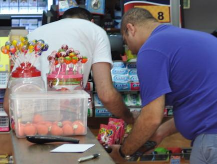 צבי פורטל קונה שוקולד, האח הגדול (צילום: צ'ינו פפראצי)