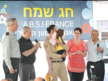החייל ובני משפחתו נפגשו לראשונה אחרי שנתיים (צילום: אירוע בקליק צילום והפקת אירועים)
