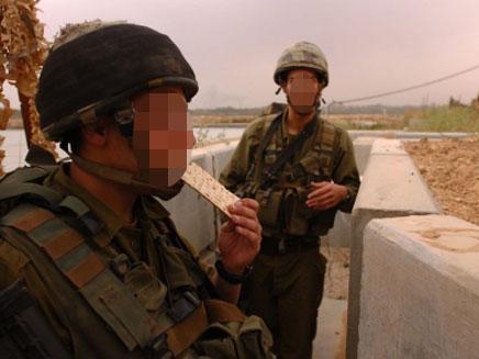 """החיילים הסתפקו במצות. למצולמים אין קשר לנאמר (צילום: דו""""צ)"""