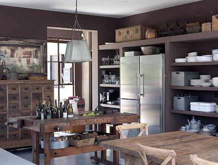 כלי הקרמיקה הוצבו מחדש בגאווה במטבח