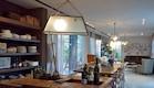 אור טבעי ורהיטי עץ במטבח (צילום: איתי סיקולסקי)