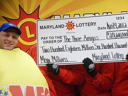 שלושת הזוכים בהגרלת ה-100 מיליון דולר, היום (צילום: AP)
