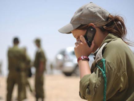 קצינה מדברת בטלפון (צילום: ענת ברקאי, במחנה)