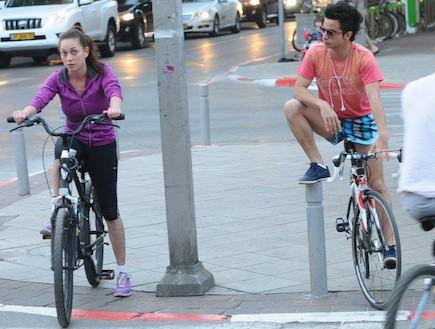 אנה ארונוב ואיתי תורג'מן רוכבים על אופניים ביחד (צילום: ברק פכטר)