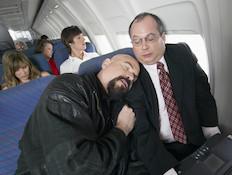 אדם ישן בטיסה (צילום: אימג'בנק / Thinkstock)