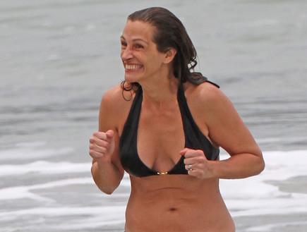 ג'וליה רוברטס בביקיני (צילום: splashnews, noon)