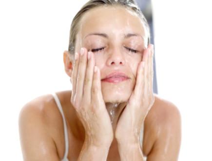 שוטפת פנים (צילום: אימג'בנק / Thinkstock)