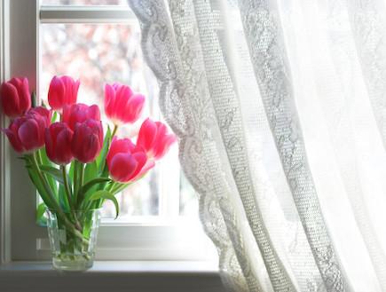 וילון בחלון (צילום: realsimple.com)