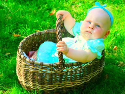 תינוקת בתוך סלסלה בחיק הטבע (צילום: אימג'בנק / Thinkstock)