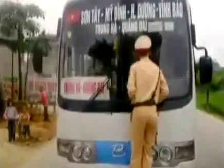 השוטר תלוי על האוטובוס (צילום: יוטיוב)