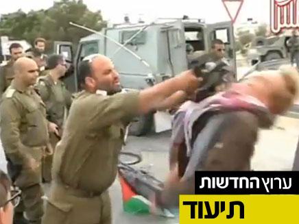 חייל מכה פעיל תומך פלסטין (צילום: חדשות 2)