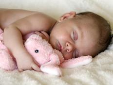 תינוק מחבק בובת פרווה