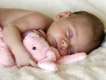 תינוק מחבק בובת פרווה  (צילום: אימג'בנק / Thinkstock)