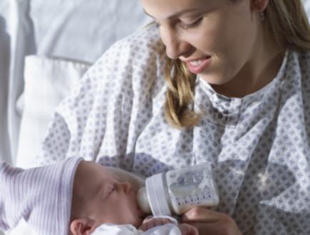 אמא מאכילה תינוק מבקבוק בבית החולים (צילום: אימג'בנק / Thinkstock)
