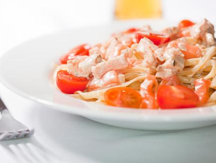 פסטה ברוטב עגבניות, שמנת וסלמון (צילום: FernandoAH, Istock)