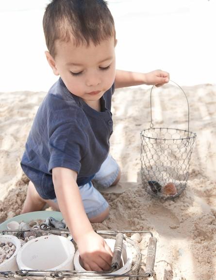 הפקת קיץ. ילד משחק בחול הים (וידאו WMV: נירית גור קרבי, living)