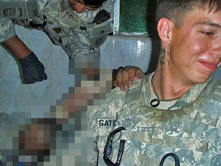 חיילי הדיוויזיה המוטסת עם הגופה (צילום: לוס אנג'לס טיימס)