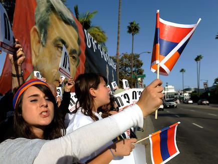 מפגינות אמריקאיות נגד הכחשת השואה הארמנית (צילום: Kevork Djansezian, GettyImages IL)