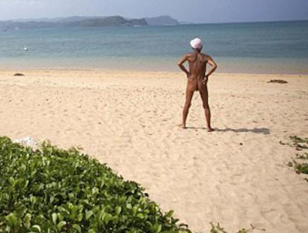 עירום על לאי בודד (צילום: http://blog.omy.sg - צילום מסך מתוך youtube)
