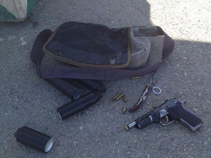 התיק עם אמצעי הלחימה, היום בצומת תפוח (צילום: דוברות משמר הגבול)