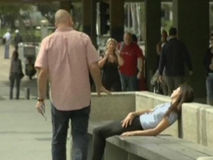 אנשים מושיטים עזרה ברחוב? (צילום: חדשות 2)