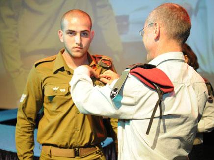 """סמל גל ויינגרטן מקבל את הצל""""ש (צילום: דובר צה""""ל)"""