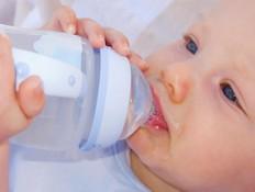 תינוק שותה מים מבקבוק (צילום: אימג'בנק / Thinkstock)