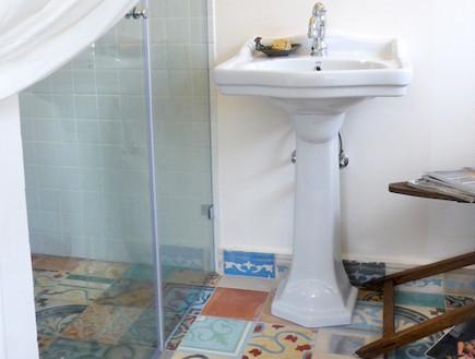 תמי שלוש 2, מקלחון בחדר האמבטיה אחרי שיפוץ (וידאו WMV: שחר לוי)