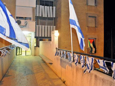 """""""בית המריבה"""" בחיפה: דגלי ישראל ופלסטין (צילום: חדשות 2)"""