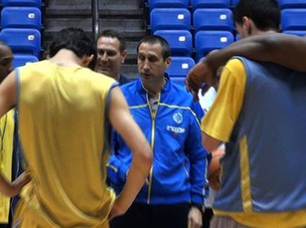 בלאט. הרוחות כבר נרגעו? צפו במאמן מדבר באימון (צילום: ספורט 5)