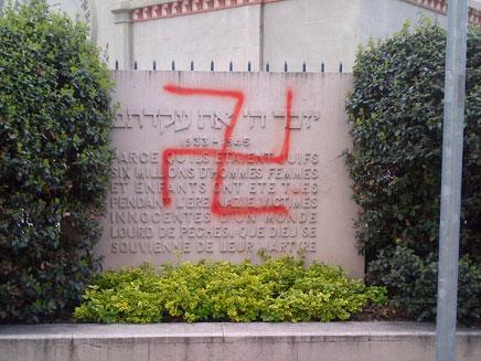 צלבי קרס בז'נבה (צילום: הקהילה היהודית בז'נבה)