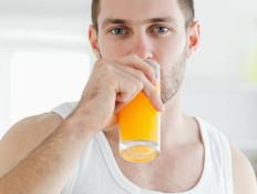 גבר שותה מיץ תפוזים (צילום: אימג