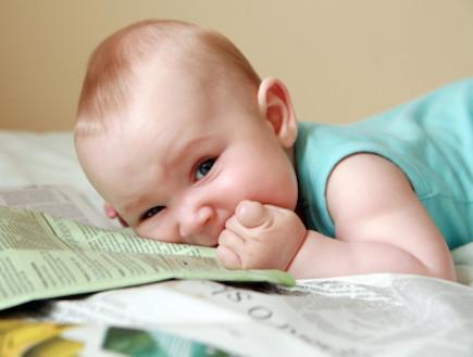 תינוק קורא עיתון (צילום: אימג'בנק / Thinkstock)