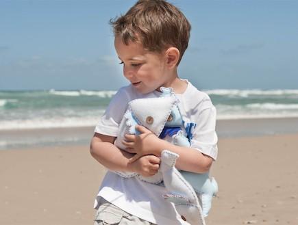 הפקת קיץ. ילד משחק עם דגים (צילום: נירית גור קרבי, living)
