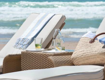 הפקת קיץ. בקבוקי שתייה וכיסאות (וידאו WMV: נירית גור קרבי, living)
