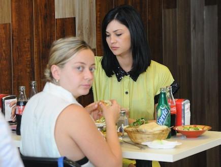 סופי קרבצקי ושרי שימחוב אוכלות חומוס ביחד 4 (צילום: ברק פכטר)