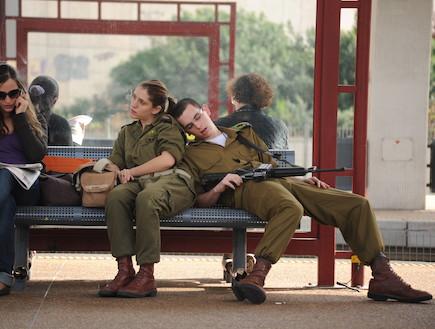 חייל ישן בתחנת רכבת (צילום: במחנה)
