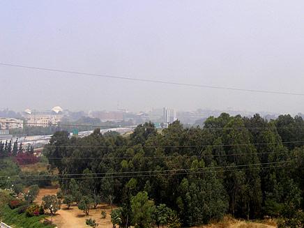 ניידת של המשרד להגנת הסביבה, היום בכפר הירוק (צילום: גולש חדשות 2)