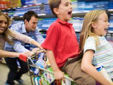 ילדים נהנים בסופרמרקט (צילום: אימג'בנק / Thinkstock)