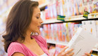 אישה בודקת מוצר בסופרמרקט (צילום: אימג'בנק / Thinkstock)